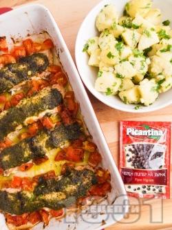 Печена ароматна сьомга с домати и босилеково песто в тава върху хартия на фурна, поднесена с гарнитура от картофи - снимка на рецептата